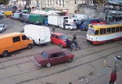 Ukraynada tramvay yoluna park eden kadın sürücü, trafiği 2 saat boyunca felç etti