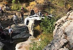 Diyarbakırda minibüs devrildi Ölü ve yaralılar var...