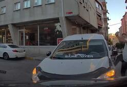 İki araç kafa kafaya çarpışınca sürücülerden biri aracını tekmeledi