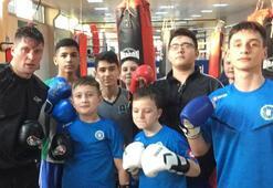 Seleznov boksta hünerlerini sergiledi, çocuklarla futbol maçı yaptı