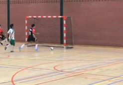 Futsal maçında akıl almaz pozisyon