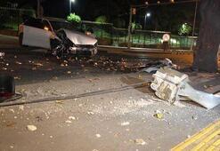 Otomobil trafik ışığı ve ağaca çarptı