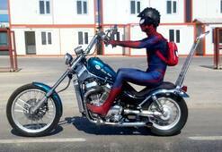 Motosikletiyle trafikte seyreden örümcek adam kostümlü sürücü şaşırttı