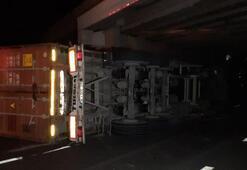 Tren yolundaki köprüye çarpan TIR devrildi