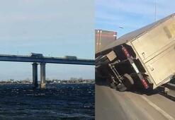 Fırtına köprü üstündeki TIRı yan yatırdı