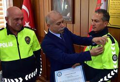 Kaputta 2 kilometre yol giden polis memuru ödüllendirildi