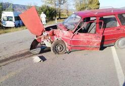 Servis minibüsü otomobille çarpıştı: 1 ölü, 9 yaralı
