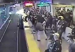 Tren gelirken raylara düştü Son saniyede...