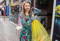 Sarı poşetli kız sokak hayvanları için sokak sokak dolaşıyor