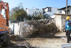 Muğlada bir bölümü çöken tescilli yapı yıkıldı
