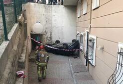 Otomobil 5 metre yükseklikten binanın bahçesine düştü