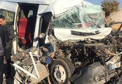 Öğrencileri taşıyan minibüs kaza yaptı