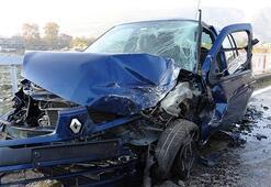 3 otomobil köprüde kafa kafaya çarpıştı