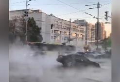 Çöken yol araçları yuttu, kaynar sular caddeye yayıldı