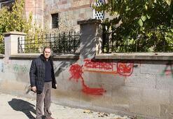 Tarihe saygısızlık Şehitlik duvarına sprey boyalarla aşklarını ilan ettikler