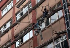 Avcılarda 4 katlı binanın iskelesinde tehlikeli çalışma