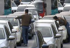 Trafikte korku dolu anlar Araçların yanına yaklaşıp...