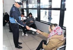 Yolculara, haklarını anlatan broşür verildi