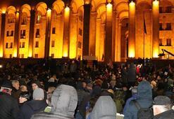 Son dakika | Gürcistanda güvenlik güçleri, parlamentoyu kuşatan protestoculara müdahale etti