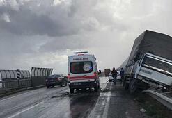 Bariyerlerin üzerine yan yatan kamyonetin sürücüsü yaralandı