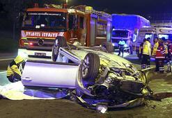 İstanbulda otomobil kamyona çarptı: 2 ölü, 1 yaralı