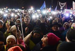 Polonyada binlerce kişi yargıçlarla dayanışma için yürüdü