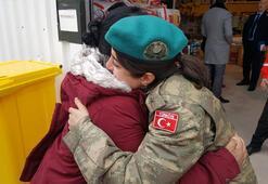 Türk subayına sarılıp ağladı