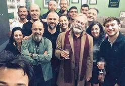 Haluk Bilginer ödülü ekibiyle kutladı