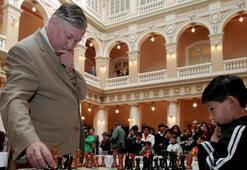 Büyük Usta Karpov, 10 sporcuyla aynı anda satranç oynadı