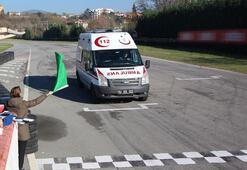 Piste çıkan ambulanslar, yarış arabalarına taş çıkarttı