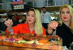 Açma kebabın tadına bakmak için Adanaya geliyorlar