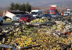 Devrilen TIRdaki sebze ve meyveler yola saçıldı
