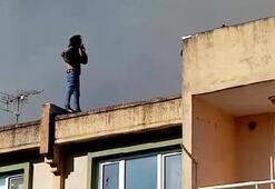Çatıdaki yangın söndürülürken böyle izledi