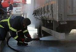 D-100'da seyir halindeki tırda çıkan yangın paniğe neden oldu
