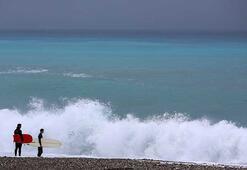 Antalyada sörfçüler kırmızı alarmı fırsata çevirdi