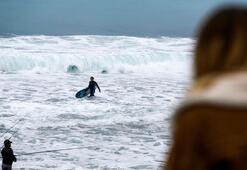 Sörfçüler, kırmızı alarmı fırsata çevirdi