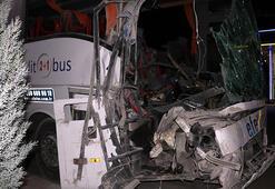 Feci kaza Yolcu otobüsü kamyonla çarpıştı... Çok sayıda yaralı var