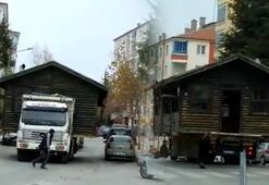Gülen Adam filmi gerçek oldu Evi kamyonla taşıdı