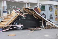 Fırtınada uçan çatı, otomobilin üzerine düştü