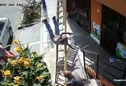 Yaşlı adam yoluna çıkan merdiveni sallayıp boyacıyı düşürdü