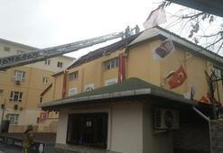 İstanbulda turuncu alarm Beylikdüzünde okulun çatısı uçtu