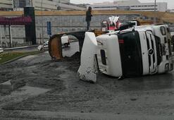 Başakşehirde hafriyat komyonu devrildi; 15 tonluk hafriyat yola döküldü
