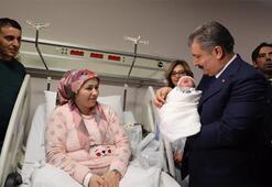 Bakan Koca 2020nin ilk bebeğini ziyaret etti