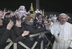 Papa Francis, elini bırakmayan kadına tepki gösterdi