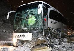 Yolcu otobüsü iş makinesine çarptı Yaralılar var...
