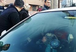 2 yaşındaki Yiğit otomobilde mahsur kaldı
