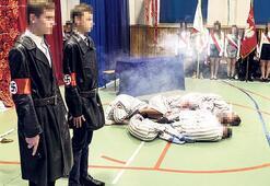 Çocuklara Auschwitz'i kostümlerle oynattılar
