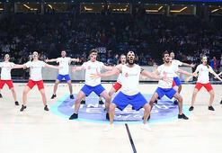 Anadolu Efesin EuroLeague maçında gerçekleşen kan kanseri mücadele dansı büyük alkış topladı