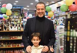 Serdar Bilgili oğluyla alışverişte