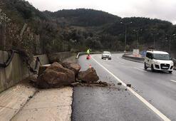 Heyelanda tepeden yuvarlanan taşlar, yol kenarına düştü